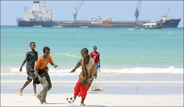 Boys playing football on the beaches of Mogadishu (Image courtesy of Nadim 22, Panoramio)