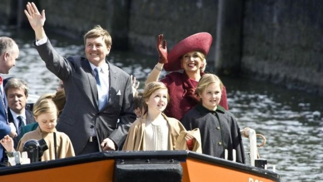 King Willem-Alexander and his family on a boat in Dordrecht (image courtesy of Spits news)