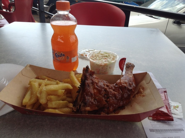 Galito's spicy chicken portion, accompanied by chips and coleslaw.